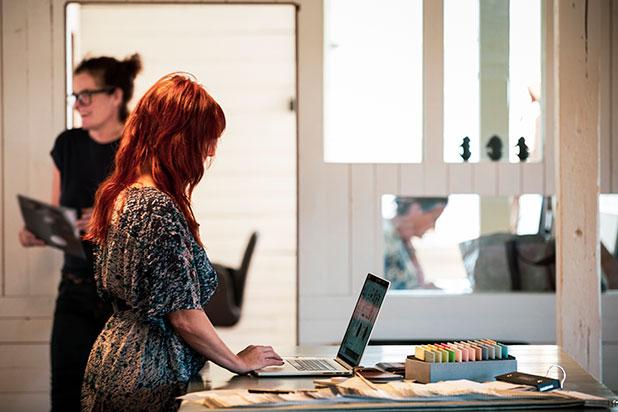 Två kvinnor på en arbetsplats, vid en dator