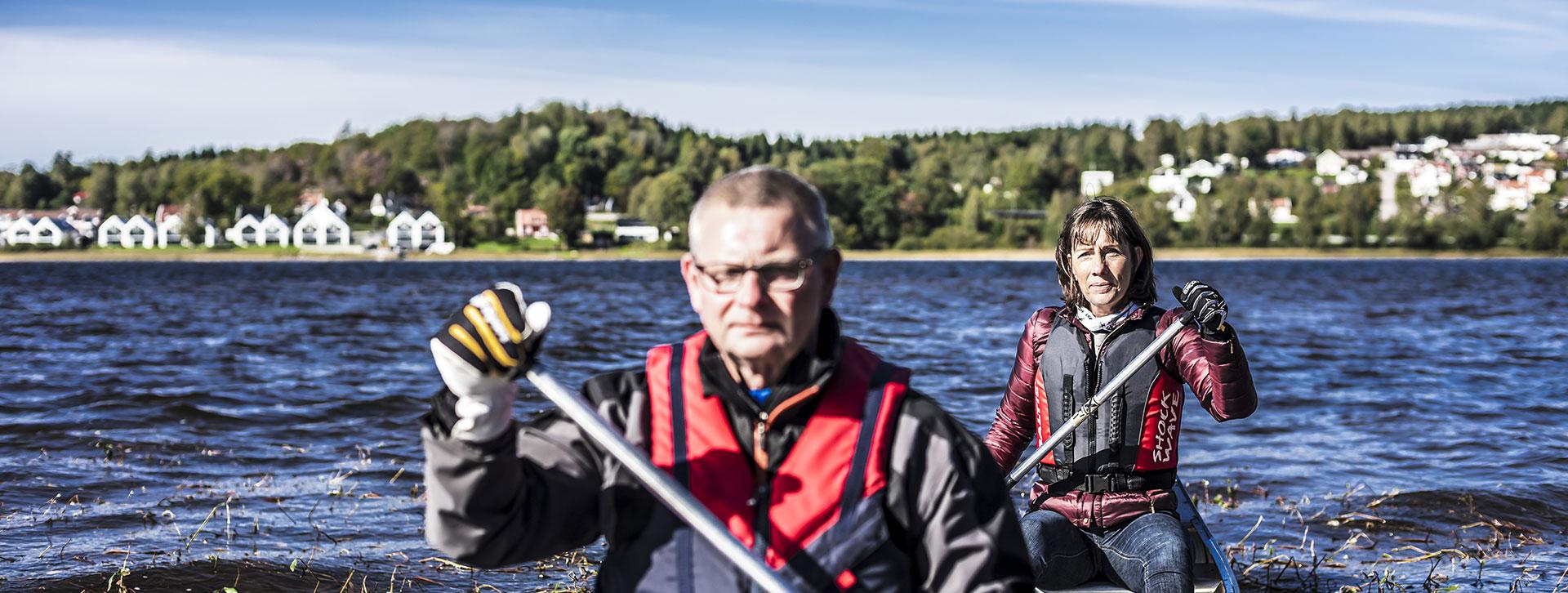 Upplev och upptäck Ulricehamn - Ett par som paddlar kanot i sjön Åsunden