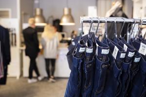En butik i Ulricehamn men jeans i förgrunden