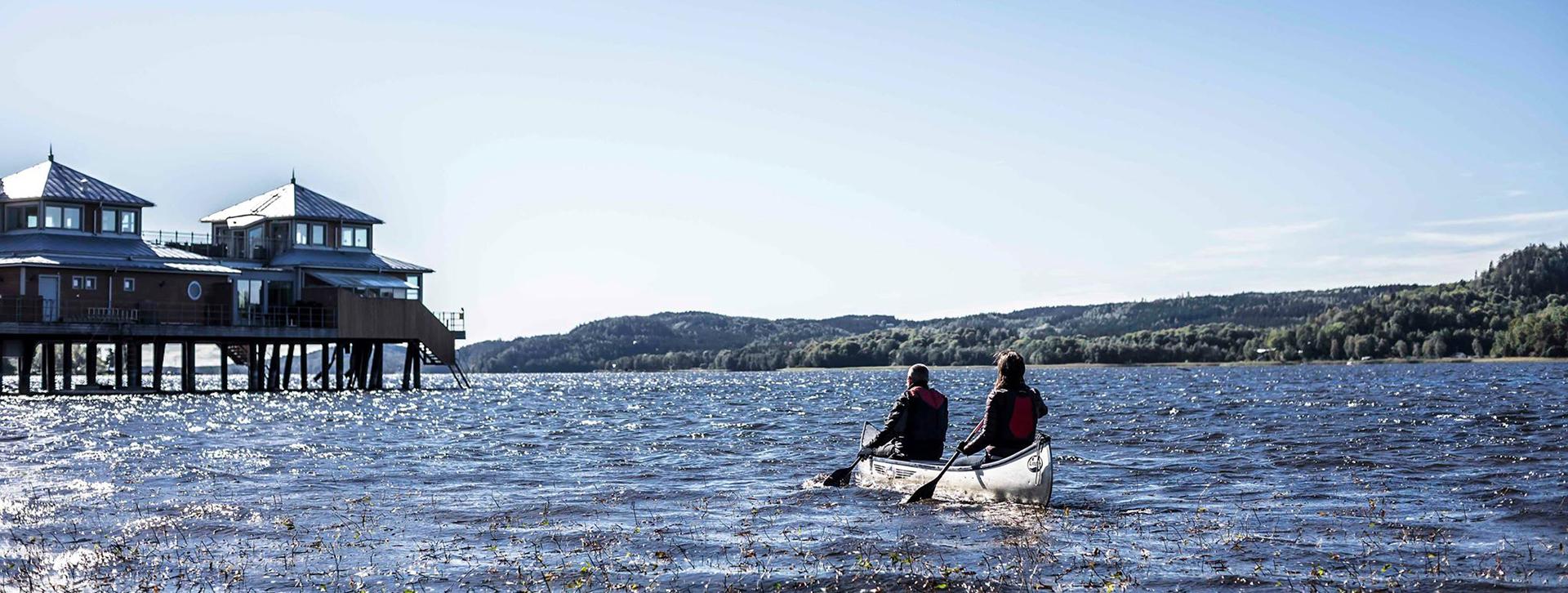 Upplev och upptäck Ulricehamn - Ett par som paddlaruset i bakgrunden
