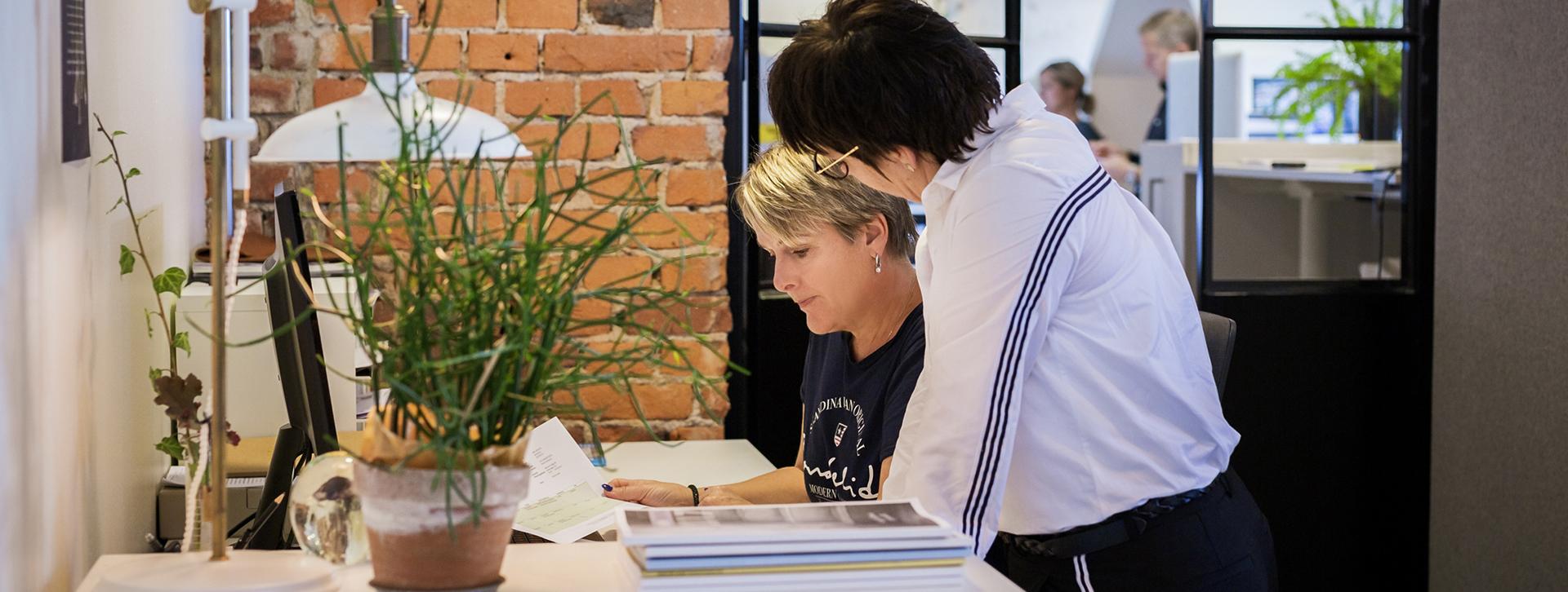 Rådgivning och Nätverk - Två kvinnor vid ett skrivbord