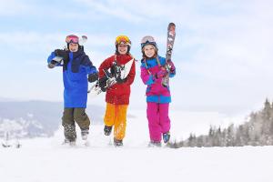 Turism - Tre lyckliga ungdomar som ska åka utförsåkning
