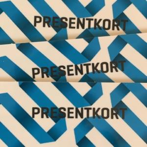Presentkort i en hög på bild